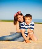 Retrato da irmã e do irmão mais novo adolescentes felizes Foto de Stock Royalty Free