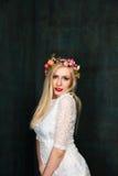 Retrato da jovem mulher alegre atrativa no vestido branco e no f Imagem de Stock