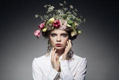 Retrato da jovem mulher bonita com as flores no cabelo  Fotografia de Stock