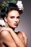 Retrato da jovem mulher bonita com as flores no cabelo. Fotos de Stock Royalty Free