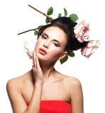 Retrato da jovem mulher bonita com as flores no cabelo. Imagens de Stock
