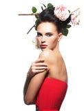 Retrato da jovem mulher bonita com as flores no cabelo. Imagens de Stock Royalty Free