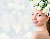 Retrato da jovem mulher bonita com as flores no cabelo Fotos de Stock Royalty Free
