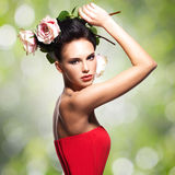 Retrato da jovem mulher bonita com as flores no cabelo Foto de Stock