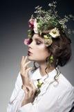 Retrato da jovem mulher bonita com as flores no cabelo isolado Imagem de Stock