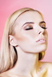 Retrato da jovem mulher bonita com cabelo louro Imagem de Stock Royalty Free