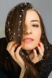 Retrato da jovem mulher bonita com o cabelo marrom longo que levanta no estúdio sobre o fundo escuro Fotos de Stock
