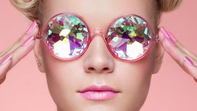 Retrato da jovem mulher bonita com vidros coloridos fotos de stock