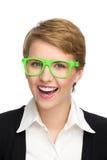 Retrato da jovem mulher bonita de sorriso em vidros verdes. Imagem de Stock