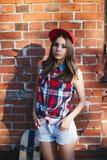 Retrato da jovem mulher bonita elegante com um skate Fotografia de Stock