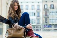 Retrato da jovem mulher bonita na cidade fotografia de stock royalty free