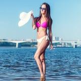 Retrato da jovem mulher bonita no biquini que está na água Fotos de Stock Royalty Free