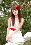 Retrato da jovem mulher bonita no vestido branco imagens de stock