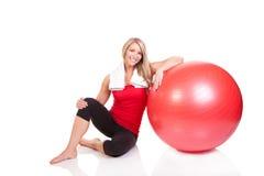 Retrato da jovem mulher bonita que descansa após o exercício Imagem de Stock Royalty Free