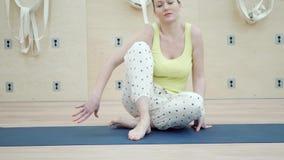 Retrato da jovem mulher bonita que faz a ioga video estoque