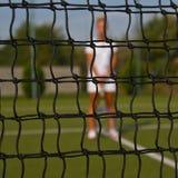 Retrato da jovem mulher bonita que joga o tênis da pá Fotografia de Stock Royalty Free