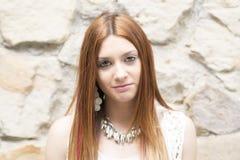 Retrato da jovem mulher bonita que olha a câmera foto de stock royalty free