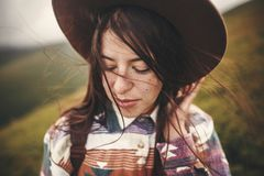 Retrato da jovem mulher calma feliz com cabelo ventoso Modo despreocupado momento atmosférico surpreendente Menina à moda do mode fotos de stock royalty free