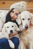 Retrato da jovem mulher com cães favoritos Fotografia de Stock Royalty Free