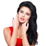 Retrato da jovem mulher com cabelo marrom longo. Fotografia de Stock
