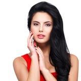 Retrato da jovem mulher com cabelo marrom longo. Imagem de Stock Royalty Free