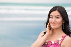 Retrato da jovem mulher com cabelo preto longo Foto de Stock