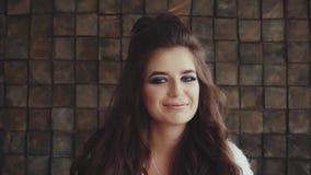 Retrato da jovem mulher com composição da noite que sorri e que olha a câmera vídeos de arquivo