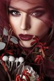Retrato da jovem mulher com composição elegante e eucalipto b fotos de stock royalty free