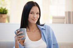 Retrato da jovem mulher com copo de café Fotografia de Stock Royalty Free