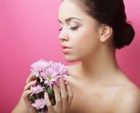 Retrato da jovem mulher com crisântemo cor-de-rosa foto de stock