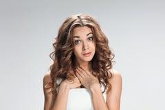 Retrato da jovem mulher com expressão facial chocada fotografia de stock royalty free