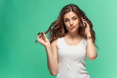 Retrato da jovem mulher com expressão facial chocada foto de stock royalty free