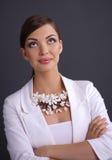 Retrato da jovem mulher com grânulos, isolado sobre fotos de stock