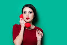 Retrato da jovem mulher com monofone vermelho fotografia de stock