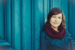 Retrato da jovem mulher com o baixada-lenço vinous de lãs fora, l Fotos de Stock Royalty Free