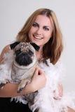 Retrato da jovem mulher com cão do pug imagens de stock royalty free