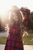 Retrato da jovem mulher com o cabelo luxúria longo que levanta no parque me Fotografia de Stock Royalty Free