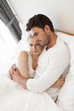 Retrato da jovem mulher com o homem que abraça na sala de hotel fotos de stock
