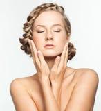 Retrato da jovem mulher com penteado da trança imagens de stock royalty free