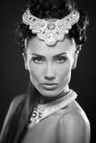 Retrato da jovem mulher de Beautyful jewerly e diamantes Imagens de Stock Royalty Free