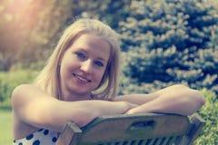 Retrato da jovem mulher de sorriso fotografia de stock