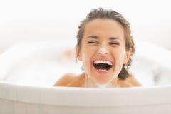 Retrato da jovem mulher de sorriso com espuma na cara fotos de stock royalty free