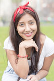 Retrato da jovem mulher de sorriso do fashioner, exterior foto de stock