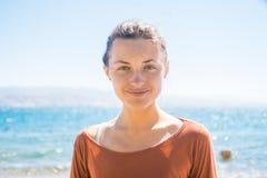 Retrato da jovem mulher de sorriso feliz na praia com fundo do mar Fotografia de Stock