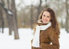 Retrato da jovem mulher de sorriso no parque do inverno Fotos de Stock Royalty Free