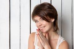 Retrato da jovem mulher de sorriso perto da parede de madeira Imagens de Stock Royalty Free