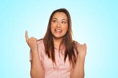 Retrato da jovem mulher de sorriso que aponta acima Imagens de Stock