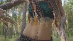 Retrato da jovem mulher delgada no traje teatral e para compor do nymth da floresta que dança no desempenho da exibição da flores filme