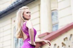 Retrato da jovem mulher do beautiul no balcão Foto de Stock Royalty Free