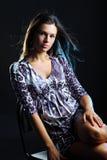 Retrato da jovem mulher do cabelo preto, tiro do estúdio Imagens de Stock